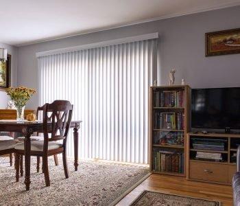 Le choix du matériau et du vitrage pour la porte-fenêtre influence les économies à venir.
